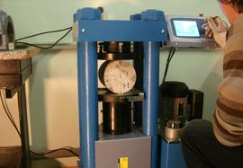 Determining the splitting tensile strength of concrete specimens by using pressure testing machine